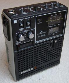 1980年代の日本製の高性能ラジオ。スリーバンドでFM、AM、短波が楽しめました。これにアンテナ線を繋いで、福岡のFMは夜は聞こえることがありました。