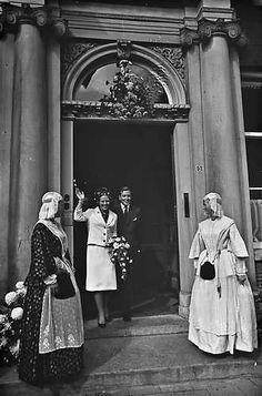 1965. Toen het verloofde paar het provinciehuis in Leeuwarden verliet stonden aan weerszijden van de uitgang meisjes in originele friese klederdracht opgesteld. #Friesland