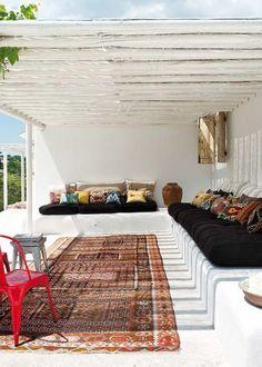 <p>Ce salon d'été entièrement blanc mise sur l'association du style ethnique et du style design. Très linéaire, avec ses deux banquettes mises en place pour...