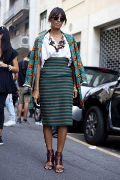 Les imprimés africains ont toujours fait partie de ma garde-robe. Par leurs couleurs chatoyantes, leurs motifs originaux et leur texture lustrée, ils ajoutent du style et du punch à mes tenues les plus simples. Utilisés à la fois pour créer des accessoires et des vêtements, ils sont magnifiques, en particulier pour la saison estivale. Des créateurs, comme Diane von Furstenberg, sont connus pour intégrer des imprimés africains dans leurs collections. Depuis 2014, cette tendance revient en…