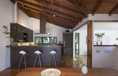 The Shack is a residential project completed by Feldman Architecture in San Rafael, a city of Marin County, California. The kitchen features the STUA Onda stools.