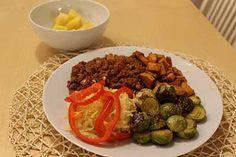 Painonhallintaan tähtäävien kokkailujen viimeisessä osassa tehdään bataattilohkoperunoita, tulista jauhelihaa ja näiden seuraksi ruusukaalia sekä ananasta. Sprouts, Beef, Dinner, Vegetables, Food, Meat, Suppers, Veggies, Essen