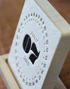 箔押しには、平面的な素材に立体感を与える効果があります。柔らかさと手作り感が漂うカレンダー、卓上にさりげなく置いて、お洒落に使いたい。