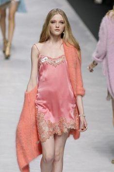 90s Fashion, Runway Fashion, High Fashion, Fashion Show, Womens Fashion, Fashion Design, Milan Fashion, Fashion 2008, Coral Fashion