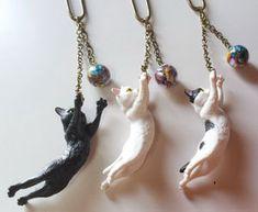 Cat playing with yarn necklace Cat Jewelry, Ceramic Jewelry, Animal Jewelry, Polymer Clay Jewelry, Jewelry Design, Jewellery, Polymer Clay Projects, Polymer Clay Creations, Yarn Necklace