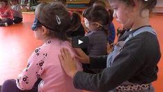 Le massage en classe : la météo tactile en maternelle  Dans cette vidéo, on découvre une séance de message dans une classe de moyenne section/ grande section (4 à 6 ans). Les massages entre enfants sont adaptés pour travailler l'acceptation ducontact avec l'autre et apprendre à faire confiance.