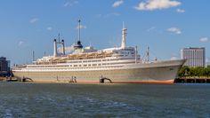 Het stoomschip Rotterdam was jarenlang een succesvol cruiseschip en werd in 1959 gebouwd. Sinds 2008 ligt aan de wal bij nabij de Maastunnel en functioneert het als restaurant en hotel. Deze foto is gemaakt door Cor Versluis. Kijk voor meer foto's op www.dichtbij.nl