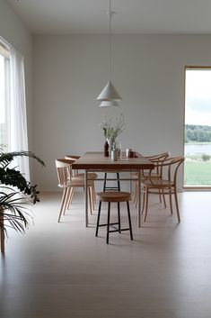 Wood Interior Design, Interior Design Inspiration, Room Inspiration, Dining Room Design, Dining Area, Minimalist Decor, Scandinavian Interior, Home Living Room, Decoration