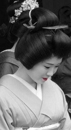 Geisha - how in the world are these women always so beautifully perfect? Japanese Geisha, Japanese Beauty, Japanese Art, Asian Beauty, Japanese Things, Geisha Hair, Memoirs Of A Geisha, Japanese Culture, Kimono