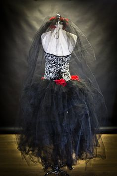 Artículos similares a Custom Size Red White and black skulls and tulle burlesque prom dress with roses Day of the Dead costume Ready To Ship en Etsy Fairy Wedding Dress, Witch Dress, Skull Wedding, Rose Headband, Black Skulls, Black White Red, Prom Dresses, Wedding Dresses, Costume Dress
