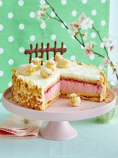 Erdbeer-Sahne-Torte mit Marzipan-Schafen Strawberry cream cake with marzipan sheep Strawberry Cream Cakes, Strawberry Desserts, Strawberries And Cream, Dessert Simple, Easy Desserts, No Bake Desserts, Dessert Recipes, Delicious Cake Recipes, Yummy Cakes