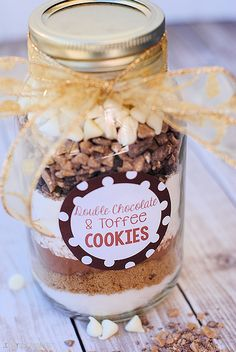 Christmas Cookie Mix in a Jar Gift Idea Cookies in a Jar: Double Chocolate Toffee Cookie Mix In A Jar Recipe, Mason Jar Cookie Recipes, Mason Jar Desserts, Mason Jar Cookies, Mason Jar Meals, Mason Jar Gifts, Meals In A Jar, Cookies In A Jar, Canning Jars