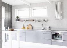 Aurinkokaari 1. Rouheampi, reipas loma-asunto. Kalustuksessa industrial-henkeä. Topi saa kodin sädehtimään nuorekkaasti. Avohyllyt antavat persoonallista pilkettä keittiön yleisilmeeseen. Sävyinä harmaata ja valkoista. Persoonallisia pieniä ja suurempiakin yksityiskohtia. Avoimen tilan tuntua kompaktissa paketissa. Keittiön ovimalli Säde SD47M harmaa.