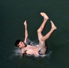 Un joven salta en el agua de Treska río cerca del pueblo de Matka, al oeste de la capital macedonia de Skopje (Boris Grdanoski/AP)