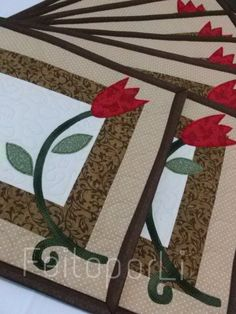 Quilting Projects, Quilting Designs, Sewing Projects, Table Runner And Placemats, Quilted Table Runners, Aplique Quilts, Handmade Desks, Place Mats Quilted, Hand Applique