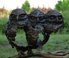 Fijo-hecht is een bronzen beeld van drie jonge bosuilen.| bronzen beelden en tuinbeelden van Jeanette Jansen |
