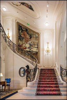 Le Ritz Paris est un hôtel cinq étoiles situé au cœur de Paris, au 15 place Vendôme, dans le 1 arrondissement de la capitale. Luxury Staircase, Grand Staircase, Staircase Design, Staircase Ideas, Classic Interior, Luxury Interior, Interior And Exterior, Grande Cage D'escalier, The Ritz Paris