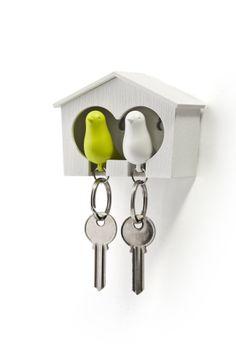 Sparrow Key Duo - Qualy.  Nooit meer je sleutels kwijt met dit vogelhuisje aan de wand en twee vogels als sleutelhanger, die bij thuiskomt in het huisje gehangen kunnen worden.