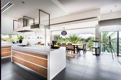 Depuis la cuisine on voit l'espace salle à manger et la façade vitrée