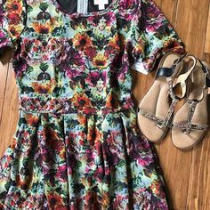 I can't believe this beauty is still in my inventory. I also can't believe it's not in my size.  . . #lularoekerriguimond #lularoe @lularoe #lularoeamelia #lulachusetts