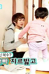 "Onew's interactions with Yoogeun on ""SHINee's Hello Baby"".  (.gif set)."