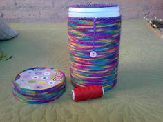 costurero hecho en reciclaje, envase de toallitas húmedas forrado con lana