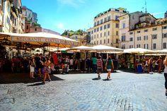 Esse é o Campo de Fiori. É uma praça onde tem feira todos os dias de manhã. Lá você pode encontrar comida como frutas verduras molhos bebidas e também lembranças roupas bolsas chapéis... #Roma #europe #travel #travelgram #instatravel #eurotrip #italia #italy #rome #trip #travelling  #goodvibe #amazing  #travellingaroundtheworld #snapchat #emroma#viagem #viajar #turismo #dicas #ferias #dicasdeviagem #brasileirospelomundo #viajandopelomundo #campodifiori