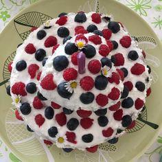 Chcete se při prvních narozeninách vyhnout všem těm nevkusným a přeslazeným dortům? Zkuste ten, který je vyrobený z mrkve a všem moc chutná! Cake, Desserts, Food, Tailgate Desserts, Deserts, Kuchen, Essen, Postres, Meals