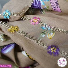 Kahverenginin ağırlığını rengarenk çiçeklerle hareketlendirdiğimiz bu güzel eserimizi sizlerin beğenisine sunuyoruz. ( Ürünün detay… Tatting, Elsa, Diy And Crafts, Coin Purse, Reusable Tote Bags, Embroidery, Lace, Instagram, Tejidos