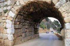 Qanatr Zoubaida - Aqueduc Zoubaida, construit au troisième siècle avant Jesus-Christ, impressionne par son architecture - Hazmieh. Modern life killing old monuments in Lebanon