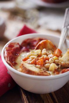 J'ai fait cette recette il y a quelques jours et nous nous sommes bien régalés. Cette soupe paysanne bien rustiqueest un mélange de carotte, de haricots b Cheeseburger Chowder, Chili, Cream Soups, Gazpacho, Beans Recipes, Meat, Baked Potatoes, Fruits And Veggies, Chile