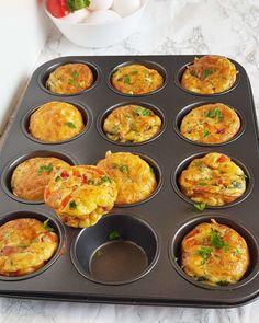 Frukost muffins med salami, ägg, röd paprika och västerbottenost – Khadijas Kitchen Omelette Muffins, Lchf, Keto, Food And Drink, Pizza, Vegetarian, Baking, Breakfast, Ethnic Recipes