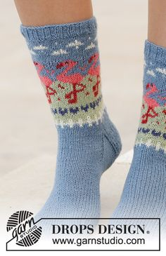 Flamingo parade socks / DROPS – free knitting patterns by DROPS design – The Best Ideas Baby Knitting Patterns, Crochet Mittens Pattern, Crochet Socks, Knitted Slippers, Knit Socks, Crochet Granny, Diy Crochet, Stitch Patterns, Drops Design