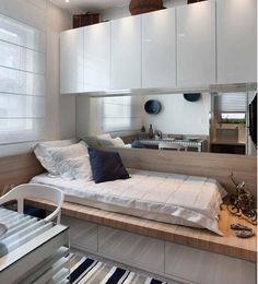 Pequenos espaços exigem grandes ideias. A cama encostada na parede com gavetões embaixo e armários acima são uma ótima solução. O espelho ajuda a ampliar o ambiente. Furniture, Room, House, Tiny Bedroom Design, Storage Bench, Bedroom Design, Home Decor, Room Decor, Bedroom