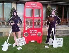 Divertido photocall para boda con recortables y cartón pluma con una azafata y un piloto