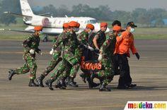 TNI AU dan tim SAR membawa dua kantung jenazah berisi 3 jenazah korban pesawat Sukhoi yang jatuh di Gunung Salak, Bogor.