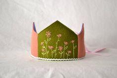 Garden Flower Wool Felt Waldorf Birthday Crown door loveandlaughter