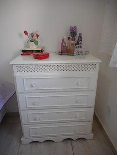Decoração de quarto de solteira - ambiente pequeno - branco e lilás
