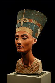 -Nombre: Busto de Nefertiti -Autor:  Tutmose, escultor real del faraón Ajenatón -1330 a. C -Material: Piedra caliza y yeso. -He escogido esta escultura por la indudable belleza de la modelo,es resultado de un rostro de facciones perfectas y detalles delicados, que dulcifican su seriedad.