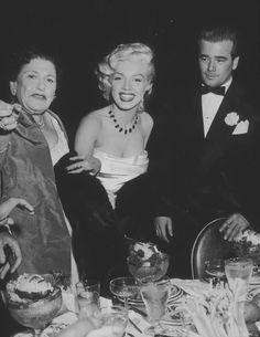 """1953 / 1er Janvier, Marilyn assista à la """"Cinemascope party"""", donnée au """"Cocoanut Grove"""" de """"l'Ambassador Hotel"""" de Los Angeles. Donald O'CONNOR, son futur partenaire de « There's no business like show business », la journaliste Louella PARSONS, le compositeur Cole PORTER et Joe DiMAGGIO assistèrent également à la soirée. Marilyn et Joe firent un pacte : elle s'engageait à ne plus porter en publique ses robes décolletées qui le gênaient tant, et il essayerait de se montrer plus patient…"""