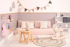 idée-comment-aménager-une-chambre-petite-fille-carrelage-matelas-rose-mur-couleur-blanche-et-grise-meuble-de-rangement-blanc-tapis-rond-guirlande-à-fanions-etageres-livres-pédagogie-montessori-chambre