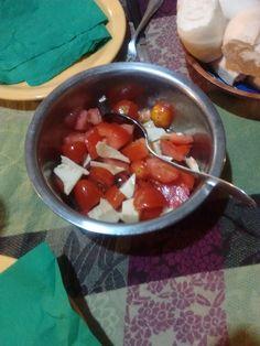 Ensalada de tomate cherry, queso y albahaca