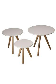 Nätt stilrent satsbord i 3 delar. Lackad mdf och oljad ek. Levereras omonterad.<br>Stora bordet dia 50 höjd 45 cm, mellan bordet dia 40 höjd 40 cm, lilla bordet dia 32 höjd 32 cm. <br><br>