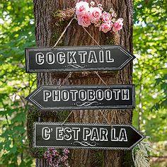 Optez pour cette signalétique qui se mêlera parfaitement à votre déco vintage. Accrochez la flèche sur un arbre et l'effet sera garanti ! http://www.mariage.fr/la-fleche-direction-photobooth-style-ardoise.html