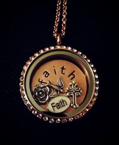 Locket w/faith coin Rose Gold Locket, Locket Design, South Hill Designs, Great Christmas Presents, Romantic Outfit, Love Bracelets, Picture Design, Personalized Jewelry, Pocket Watch