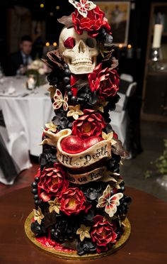 56 Horror Halloween Wedding Cakes Ideas for Your Special Moment - cakes - Gateau Skull Wedding Cakes, Gothic Wedding Cake, Gothic Cake, Crazy Wedding Cakes, Skull Cakes, Medieval Wedding, Halloween Torte, Bolo Halloween, Halloween Wedding Cakes
