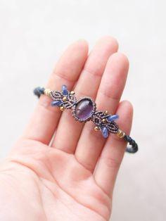 アイオライト(スリランカ産)&カイヤナイトを使用したマクラメ編みブレスレット紹介。落ち着いた色合いのアイオライトをあしらったマクラメ編みブレスレット。…