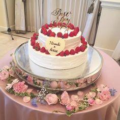 ウェディングケーキは丸型2段のものをチョイスされました。真っ赤な苺をのせたケーキはウェディングシーンにぴったり♡ゴールドのケーキトッパーがシンプルなデザインのケーキに映えますね* Wedding Cakes, Birthday Cake, Pasta, Flowers, Desserts, Cakes, Food, Wedding Gown Cakes, Tailgate Desserts