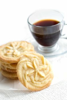 Piping cookies instead of using a press? Vanilla Spritz Shortbread Cookies - Erren's Kitchen - a sweet and buttery cookie with beautifully crisp edges. Spritz Cookies, Buttery Cookies, Galletas Cookies, Shortbread Cookies, No Bake Cookies, Cookies Et Biscuits, Yummy Cookies, Cake Cookies, Cupcakes
