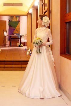 軽井沢高原教会にてご結婚式♪ アーネラクロージングの素敵な花嫁様。 「繊細なコードレースのロングスリーブのウェディングドレス。クラシカルで愛らしい花嫁に」 繊細なコードレースのロングスリーブ、ヒップ部分にバッスルスタイルのモチーフをプラス。レースのロングスリーブとクラシカルなバックスタイルでノーブルでエレガントな花嫁に。